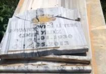 Zerstörter Grabstein auf dem êzîdîschen Friedhof in Zewra (anf)