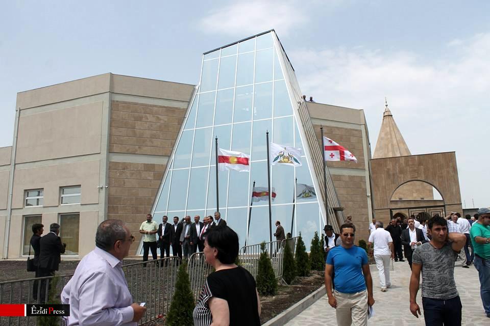Zahlreiche Gäste nahmen an der Eröffnungszeremonie der neuen Tempelstätte der Êzîden in Georgien teil