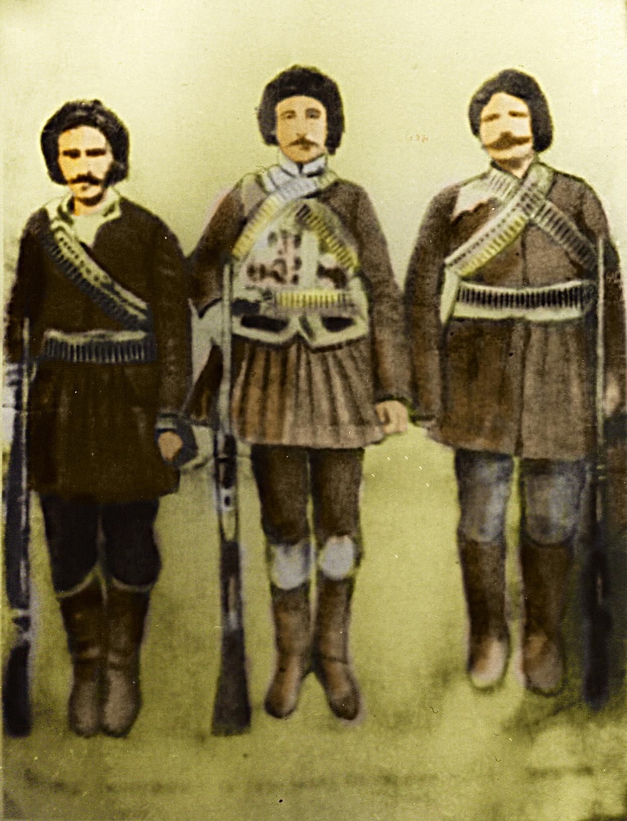 Jangir Agha (mitte) und zwei seiner Gefolgsleute Anfang des 20. Jahrhunderts