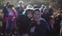 Eine êzîdîsche Mutter hält ihr Kind kurz nach dem Erreichen der griechischen Insel Lesbos, 26. November  (AP/Muhammed Muheisen)