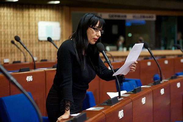 Naira Zohrabyan im armenischen Parlament (aravot)