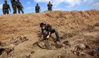 Massengrab êzîdîscher Opfer der Terrormiliz IS nahe Sinune im Norden Shingals (AFP)